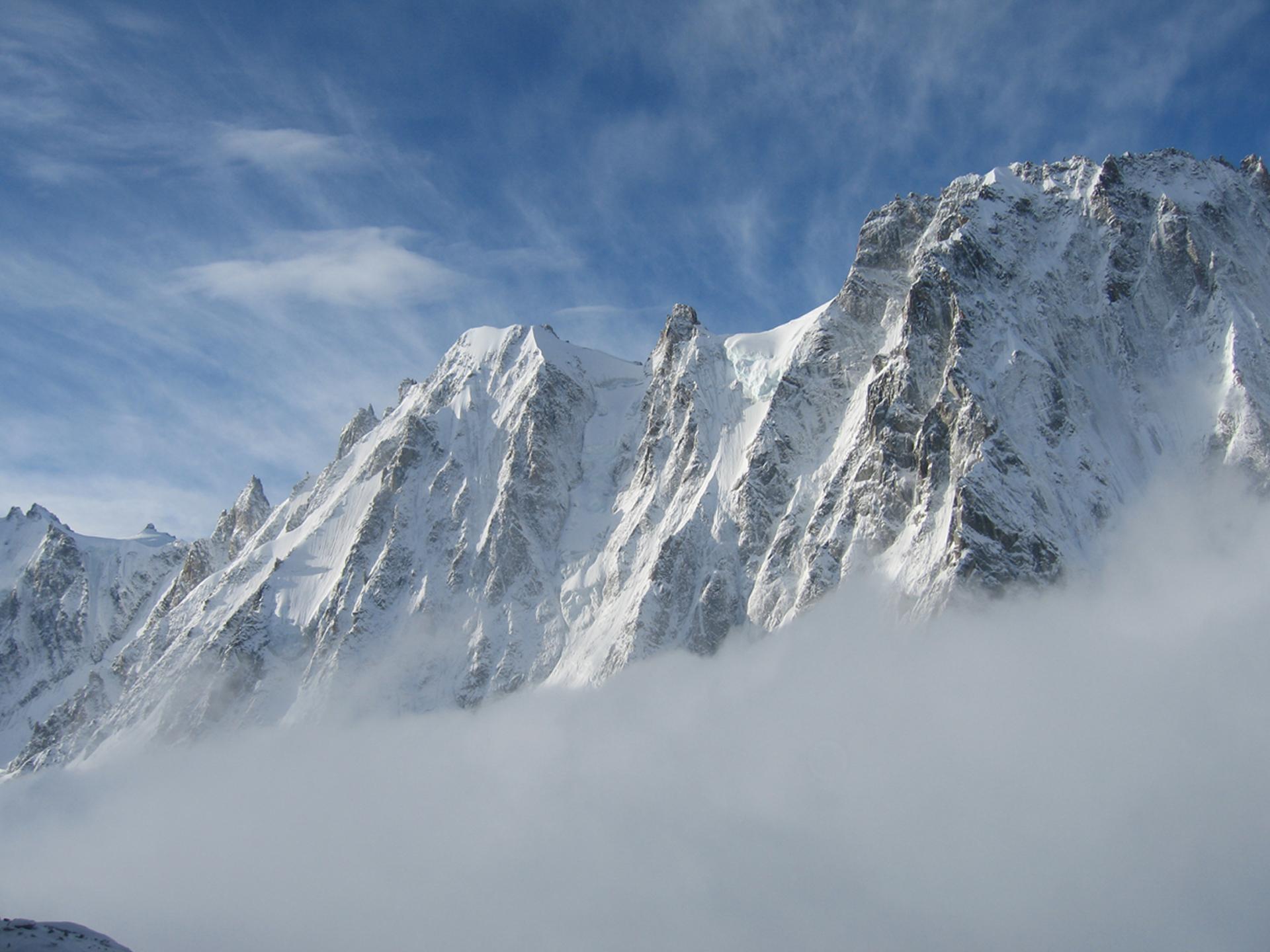 Achtergrondfoto besneeuwde bergen